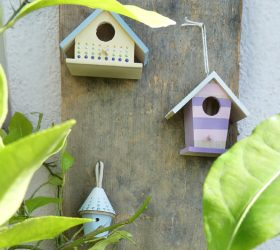 DIY Vogelhäuser Hotel auf einer alten Holzplatte - Bastelidee und Deko