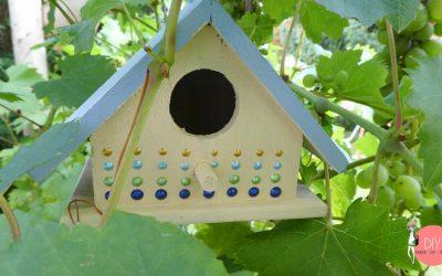 Buntes Vogelhaus mit Perlenmuster - selbst basteln mit Kindern