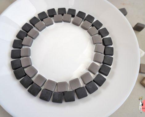 DIY Vogeltränke aus Mosaiksteine - Anleitung: Kreisförmig aufkleben mit Mosaikkleber