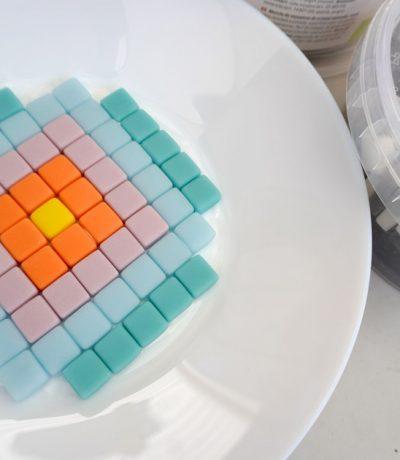 So bastelt man mit Mosaiksteinen und Fugenmasse - Dekoration Schale