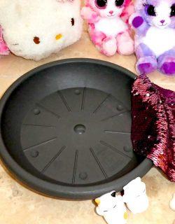 Wendepailletten Stoff in rosa, Squisyhies, Klebepistole und Untersetzer werden benötigt.